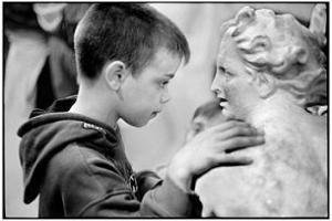 Martine Franck a photographié un enfant aveugle au Musée du Louvre